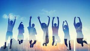 Chicos y chicas saltando con fondo de nueva york vocabulario en inglés