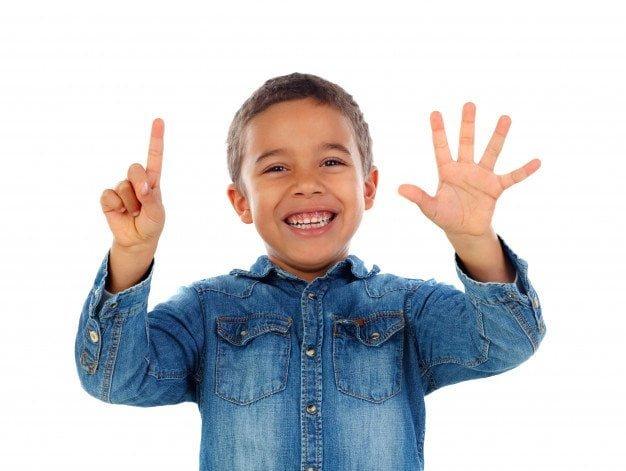 Niño contando números en alemán
